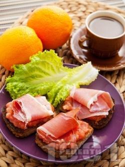 Испанска закуска с пълнозърнест хляб, домати и хамон - снимка на рецептата